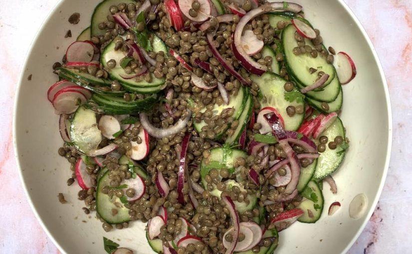 Salade de lentilles vertes, concombre, radis et coriandre